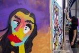 Seniman menyelesaikan karya seni graffiti dalam acara Ladies on Wall 2019 di Karawang, Jawa Barat, Minggu (13/10/2019). Acara tersebut diselenggarakan oleh Kementerian Pendidikan dan Kebudayaan bekerjasama dengan Ledies on Wall untuk mengapresiasi seniman graffiti perempuan di Indonesia. ANTARA FOTO/M Ibnu Chazar/agr