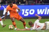 Hampir terjungkal, Belanda keluhkan kondisi Stadion Dinamo