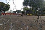 Satu unit 'water canon' siaga di depan Istana