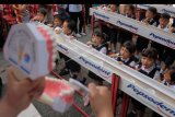 Sejumlah anak sekolah mendapat pelatihan cara menggosok gigi yang benar dalam gerakan Indonesia Terseyum berkenaan dengan Bulan Kesehatan Gigi Nasional (BKGN) ke-10 di Rumah Sakit Gigi dan Mulut (RSGM) Fakultas Kedokteran Gigi Universitas Mahasaraswati Denpasar, Bali, Senin (14/10/2019). Kegiatan pelayanan kesehatan gigi dan edukasi menggosok gigi tersebut diselenggarakan di 24 Fakultas Kedokteran Gigi dan 40 Cabang Persatuan Dokter Gigi Indonesia (PDGI) di berbagai wilayah Indonesia hingga Desember mendatang dengan target menjangkau 64.000 orang. ANTARA FOTO/Nyoman Hendra Wibowo/nym