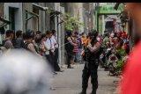 Petugas Polisi melakukan penjagaan saat dilakukan penggeledahan di rumah terduga Teroris di Desa Waringinrejo, Cemani, Grogol, Sukoharjo, Rabu (16/10/2019). Di kawasan tersebut Densus 88 Antiteror menggeledah dua rumah terduga teroris dan menyita sejumlah dokumen dan buku diduga terkait radikalisme. ANTARA FOTO/Ardi Kuncoro/nym