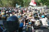 Demo desak penetapan tersangka penembakan mahasiswa UHO ricuh