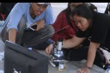 Relawan lingkungan menguji kualitas air saat peringatan Hari Sungai Sedunia di kawasan Sungai Tukad Bindu Denpasar, Bali, Sabtu (19/10/2019). Kegiatan yang diselenggarakan WWF dan Earth Hour Bali itu untuk meningkatkan kesadaran masyarakat terhadap pentingnya air dalam kehidupan melalui kegiatan diskusi konservasi, lokakarya pembuatan Ecobrick serta pengujian air sungai, air mineral dan air isi ulang yang dibawa masyarakat. ANTARA FOTO/Fikri Yusuf/nym.