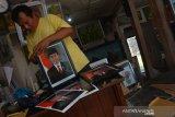 Hariyono (46) memasang bingkai foto Presiden dan Wakil Presiden Republik Indonesia periode 2019-2024 Joko Widodo dan KH Ma'ruf Amin di Jombang, Jawa Timur, Sabtu (19/10/2019). Menjelang pelantikan presiden dan wakil presiden,  sejumlah pedagang mulai menjual bingkai foto Jokowi-Ma'ruf Amin dengan berbagai versi dengan harga Rp50 ribu per pasang. Antara Jatim/Syaiful Arif/zk.