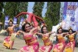 Sejumlah penari menampilkan Tari Pendet saat peringatan Hari Asuransi 2019 di kawasan Renon, Denpasar, Bali, Minggu (20/10/2019). Dewan Asuransi Indonesia bekerja sama dengan seluruh anggota asosiasi asuransi menyelenggarakan peringatan Hari Asuransi 2019 sebagai upaya untuk memberikan edukasi mengenai pentingnya berasuransi kepada seluruh lapisan masyarakat. ANTARA FOTO/Fikri Yusuf/nym