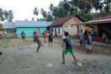 Satgas TMMD berbaur dengan masyarakat di desa sasaran