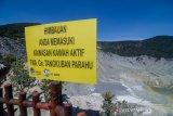 Sebuah papan himbauan terpasang di bibir kawah Gunung Tangkuban Parahu, Kabupaten Subang, Jawa Barat, Selasa (22/10/2019). Pos pengamatan PVMBG Gunung Api Tangkuban Parahu menyatakan status gunung Tangkuban Parahu menjadi normal sejak 21 Oktober 2019 pukul 09.00 WIB, dan terpantau tinggi asap rata-rata hanya 10 hingga 20 meter dari dasar kawah. ANTARA FOTO/Raisan Al Farisi/agr