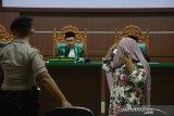 Salah seorang pasangan pelanggaran Syariat Islam, Nurmawati menghadiri sidang putusan majelis hakim dalam kasus pelanggaran Syariat Islam di Pengadilan Mahkamah Syariat, Banda Aceh, Aceh, Rabu (23/10/2019). Dalam sidang putusan tersebut, majelis hakim menjatuhi hukuman cambuk terhadap pasangan pelanggaran Syariat Islam bukan muhrim, Nurmawati dan Mukhlis dalam kasus khalwat (mesum) masing-masing 25 dan 30 kali cambuk. Antara Aceh/Ampelsa.