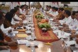 Presiden Joko Widodo (kiri) didampingi Wakil Presiden Ma'ruf Amin (kanan) memimpin sidang kabinet paripurna di Istana Merdeka, Jakarta, Kamis (24/10/2019). Sidang kabinet paripurna itu merupakan sidang perdana yang diikuti menteri-menteri Kabinet Indonesia Maju. ANTARA FOTO/Akbar Nugroho Gumay/nym.