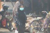 Warga menggunakan masker pelindung pernapasan saat beraktivitas di pasar pagi kawasan Liang Anggang yang di selimuti kabut asap di Banjarbaru, Kalimantan Selatan, Kamis (24/10/2019). Kebakaran hutan dan lahan (Karhutla) yang terjadi di sejumlah wilayah Provinsi Kalsel menyebabkan timbulnya kabut asap dengan aroma menyengat yang mengganggu aktivitas dan membahayakan kesehatan warga. Foto Antaranews Kalsel/Bayu Pratama S.