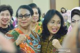 Menteri Bintang Darmawati tetap minta bantuan Yohana Yembise
