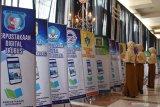 Sejumlah pelajar melihat banner saat peluncuran bersama Perpustakaan Digital Sekolah dan Perguruan Tinggi di Kota Madiun, Jawa Timur, Kamis (24/10/2019). Peluncuran bersama Perpustakaan Digital Sekolah dan Perguruan Tinggi yang beranggotakan 75 sekolah dan perguruan tinggi di KotaMadiun dimaksudkan untuk membantu pelajar dan mahasiswa untuk mengakses buku secara digital. Antara Jatim/Siswowidodo/zk.