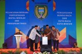 Kepala Dinas Perpustakaan dan Kearsipan Provinsi Jawa Timur Abdul Hamid (kiri) dan Walikota Madiun Maidi (kedua kanan) menekan tombol sirine saat peluncuran bersama Perpustakaan Digital Sekolah dan Perguruan Tinggi di Kota Madiun, Jawa Timur, Kamis (24/10/2019). Peluncuran bersama Perpustakaan Digital Sekolah dan Perguruan Tinggi yang beranggotakan 75 sekolah dan perguruan tinggi di KotaMadiun dimaksudkan untuk membantu pelajar dan mahasiswa untuk mengakses buku secara digital. Antara Jatiim/Siswowidodo/zk.