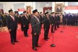 Sejumlah wakil menteri Kabinet Indonesia Maju bersiap untuk dilantik di Istana Negara, Jakarta, Jumat (25/10/2019). Presiden secara resmi melantik 12 wakil menteri untuk membantu kinerja menteri-menteri di Kabinet Indonesia Maju. ANTARA FOTO/Akbar Nugroho Gumay/nym.