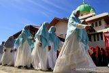 Sejumlah santri mengikuti pawai peringatan Hari Santri Nasional (HSN) 2019 di Seputan Kota Meulaboh, Aceh Barat, Aceh, Selasa (29/10/2019). Peringatan HSN yang diikuti ribuan santri dari berbagai pondok pesantren dengan tema �Santri Indonesia Untuk Perdamaian Dunia� diisi serangkaian kegiatan yang terdiri Upacara Hari Santri, pembagian hadiah dan beasiswa untuk santri berprestasi.
