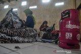 Para pembatik melukis lembaran-lembaran kain bahan mentah batik tulis di pusat produksi Agnesha, Kampung Ciroyom, Kota Tasikmalaya, Jawa Barat, Kamis (31/10/2019). Sejumlah perajin batik tulis di Sentral Batik Tasikmalaya beralih menggunakan bahan bakar Bright gas dari sebelumnya menggunakan gas 3 kilogram bersubsidi lantaran dianggap bisa mengurangi biaya produksi karena pemakaian bisa lebih awet. ANTARA JABAR/Adeng Bustomi/agr