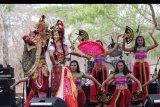 Seniman menampilkan tarian budaya Bali kontemporer di Jembrana, Bali, Sabtu (2/11/2019). Tari kontemporer itu menampilkan inovasi dari beberapa tarian yang telah mendapatkan sentuhan nuansa modernisasi mulai dari musik pengiring, gerakan dan alat pelengkap yang digunakan oleh para penari. ANTARA FOTO/Budi Candra Setya/nym.