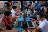 Warga mencoba menjawab soal saat mengikuti simulasi Computer Assisted Test (CAT) dalam sosialisasi seleksi CPNS 2019 pada hari bebas kendaraan, di Denpasar, Bali, Minggu (3/11/2019). Simulasi tersebut untuk memberikan informasi kepada masyarakat mengenai seleksi CPNS 2019 menjelang dibukanya pendaftaran pada 11 November 2019 serentak di seluruh wilayah Indonesia. ANTARA FOTO/Nyoman Hendra Wibowo/nym.