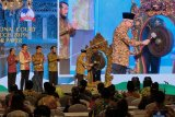 Wakil Presiden Ma'ruf Amin (kanan) didampingi Ketua Mahkamah Konstitusi (MK) Anwar Usman (kedua kanan), Sekjen MK Guntur Hamzah (ketiga kiri), Jaksa Agung ST Burhanuddin (kedua kiri) dan Gubernur Bali I Wayan Koster (kiri) membuka The 3rd Indonesian Constitutional Court International Symposium (ICCIS) 2019 di Nusa Dua, Badung, Bali, Senin (4/11/2019). Kegiatan yang digelar pada 4-7 November 2019 tersebut diikuti 39 negara dari Asia Pasifik, Eropa, Afrika, Amerika Latin, Amerika Utara, Timur Tengah dan Australia untuk menjalin kerja sama serta pertukaran informasi terkait perlindungan hak konstitusional warga negara di dunia. ANTARA FOTO/Nyoman Hendra Wibowo/nym.