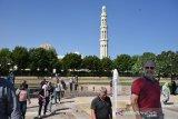 Sektor Wisata Jadi Pilihan Ekonomi Masa Depan Oman. Sejumlah wisatawan mancanegara berkunjung ke Mesjid Agung Sultan Qaboos di Muscat, Oman, Senin (4/11/2019). Pemerintah Oman, seperti Arab Saudi, Qatar dan Uni Emirat Arab dan negara penghasil minyak lainya, berupaya menggenjot sektor pariwisata dengan mengembangkan Wisata Religi untuk mengurangi ketergantungan terhadap ekspor minyak bumi yang harganya tidak menentu. (ANTARA FOTO/ASEP FATHULRAHMAN/Sambas)