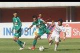 Pemain PSS Sleman Haris (tengah) berebut bola dengan pemain Bali United Taufiq (kanan) dalam pertandingan sepak bola Liga 1 di Stadion Maguwoharjo, Sleman, DI Yogyakarta, Rabu (6/11/2019). Pertandingan tersebut berakhir imbang dengan skor 0-0. ANTARA FOTO/Andreas Fitri Atmoko/nym.