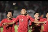 Pemain timnas Indonesia U-19 Muhammad Fajar Fathur (tengah) bersama rekan-rekannya melakukan selebrasi seusai mencetak gol ke gawang timnas Timor Leste U-19 pada laga babak kualifikasi grup K Piala Asia U-19 2020 di Stadion Madya Gelora Bung Karno, Senayan, Jakarta, Rabu (6/11/2019). ANTARA FOTO/Hafidz Mubarak A/nym.