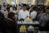 Deputi Gubernur Bank Indonesia Dody Budi Waluyo (tengah) melihat produk unggulan salah satu pesantren saat membuka Festival Ekonomi Syariah (Fesyar) Indonesia 2019 di Surabaya, Jawa Timur, Rabu (6/11/2019). Fesyar yang mengusung tema