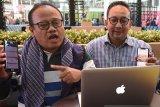 PELUNCURAN MANDIRI SYARIAH MOBILE KEYBOAR. Direktur IT, Operation and Digital Banking Bank Mandiri Syariah Achmad Syafii (kiri) didampingi Group Head Corporate Secretary Ahmad Reza (tengah) memperlihatkan fitur MSM (Mandiri Syariah Mobile) Keyboard saat acara Peluncuran MSM Keyboard di Dubai, Uni Emirat Arab, Rabu (6/11/2019). Dengan fitur tersebut nasabah bisa melakukan transaksi perbankan bersamaan dengan kegitan chating di berbagai platform pesan elektronik. ANTARA FOTO/Asep Fathulrahman/Sambas