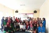 Tim Pengmas Fakultas Farmasi Universitas Pancasila bersama warga Rw04 Ciracas Jakarta Timur saat Pelatihan Cara Pembuatan Minuman Sehat yang Baik dan Benar di Balai Warga Rw 04 Ciracas Jakarta Timur, Rabu (6/11).