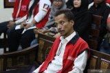 Terdakwa kasus penyalahgunaan narkotika Hubert Henry Limahelu yang merupakan gitaris bass Boomerang mengikuti sidang di Pengadilan Negeri Surabaya, Jawa Timur, Kamis (7/11/2019). Sidang itu beragendakan pembacaan pembelaan (pledoi) dari penasihat hukum terdakwa. Antara Jatim/Didik Suhartono/ZK