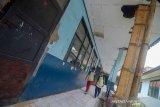 Dua orang siswa melintas di depan kelas SMPN 1 Ngamprah yang terdampak proyek kereta cepat Jakarta-Bandung di Padalarang, Kabupaten Bandung Barat, Jawa Barat, Kamis (7/11/2019). Sebanyak lima kelas SMPN 1 Ngamprah atau bangunan seluas 515 meter persegi akan tergusur demi kelancaran proyek kereta cepat Jakarta - Bandung. ANTARA JABAR/Raisan Al Farisi/agr