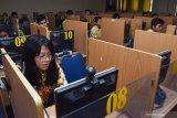 Siswa mengikuti simulasi Ujian Nasional Berbasis Komputer (UNBK) di SMA Negeri 3 Taruna Angkasa Jawa Timur di Madiun, Jawa Timur, Kamis (7/11/2019). Simulasi UNBK yang diikuti 296 siswa tersebut dimaksudkan untuk memperkenalkan system ujian berbasis komputer kepada siswa sebelum mengikuti UNBK. Antara Jatim/Siswowidodo/zk.