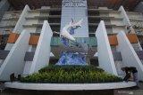 Suporter Persebaya (Bonek) mengecat bagian depan Stadion Gelora Bung Tomo (GBT) saat mengikuti aksi bersih-bersih di Surabaya, Jawa Timur, Jumat (8/11/2019). Kegiatan yang diikuti ratusan personel OPD dan suporter Persebaya (Bonek) tersebut untuk mempercantik Stadion Gelora Bung Tomo sekaligus dalam rangka persiapan pemilihan venue untuk Piala Dunia U-20 pada 2021 mendatang. Antara Jatim/Moch Asim/zk.