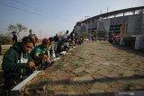 Suporter Persebaya (Bonek) mengecat tepi jalan menuju  Stadion Gelora Bung Tomo (GBT) saat mengikuti aksi bersih-bersih di Surabaya, Jawa Timur, Jumat (8/11/2019). Kegiatan yang diikuti ratusan personel OPD dan suporter Persebaya (Bonek) tersebut untuk mempercantik Stadion Gelora Bung Tomo sekaligus dalam rangka persiapan pemilihan venue untuk Piala Dunia U-20 pada 2021 mendatang. Antara Jatim/Moch Asim/zk.