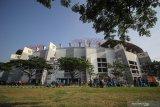 Personel dari Organisasi Perangkat Daerah (OPD) menyapu di sekitar Stadion Gelora Bung Tomo (GBT) saat mengikuti aksi bersih-bersih di Surabaya, Jawa Timur, Jumat (8/11/2019). Kegiatan yang diikuti ratusan personel OPD dan suporter Persebaya (Bonek) tersebut untuk mempercantik Stadion Gelora Bung Tomo sekaligus dalam rangka persiapan pemilihan venue untuk Piala Dunia U-20 pada 2021 mendatang. Antara Jatim/Moch Asim/zk.