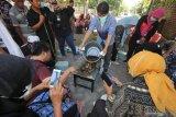 Peserta mengamati proses pembuatan malam batik dari sawit saat Sosialisasi dan Pelatihan Pengembangan Ukm Batik Berbasis Sawit di Surabaya, Jawa Timur, Jumat (8/11/2019).  Pelatihan yang digelar Balai Besar Kerajinan dan Batik (BBKB) Kementerian Perindustrian bekerjasama dengan Badan Pengkajian dan Penerapan Teknologi (BPPT) atas dukungan Badan Pengelola Dana Perkebunan  Kelapa Sawit (BPDPKS) Kementerian Keuangan itu diikuti puluhan perajin batik dari berbagai daerah dengan tujuan untuk mengenalkan 'bio paraffin substitute' (bio PAS) dari sawit menggantikan parafin untuk bahan pembuatan batik yang bisa menekan biaya produksi para perajin atau produsen batik. Antara Jatim/Didik S/ZK