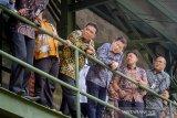 Menteri Perencanaan Pembangunan Nasional (PPN)/Kepala Bappenas, Suharso Monoarfa (ketiga kanan) bersama Dirut PT Pindad Abraham Mose (keempat kanan) menyaksikan parade kendaraan khusus saat melakukan kunjungan kerja ke PT Pindad (Persero) di Bandung, Jawa Barat, Jumat (8/11/2019). Kunjungan tersebut dilakukan dalam rangka melihat kemampuan, perkembangan dan fasilitas produksi PT Pindad. ANTARA JABAR/Raisan Al Farisi/agr