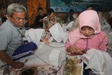 Peserta membatik menggunakan malam batik berbasis sawit saat Sosialisasi dan Pelatihan Pengembangan Ukm Batik Berbasis Sawit di Surabaya, Jawa Timur, Jumat (8/11/2019). Pelatihan yang digelar Balai Besar Kerajinan dan Batik (BBKB) Kementerian Perindustrian bekerjasama dengan Badan Pengkajian dan Penerapan Teknologi (BPPT) atas dukungan Badan Pengelola Dana Perkebunan  Kelapa Sawit (BPDPKS) Kementerian Keuangan itu diikuti puluhan perajin batik dari berbagai daerah dengan tujuan untuk mengenalkan 'bio paraffin substitute' (bio PAS) dari sawit menggantikan parafin untuk bahan pembuatan batik yang bisa menekan biaya produksi para perajin atau produsen batik. Antara Jatim/Didik S/ZK