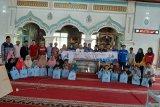 PT Rekind berikan donas untuk masjid dan anak yatim di Solsel