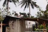 Babinsa Kodim Mimika rehap rumah warga dalam giat pembinaan teritorial