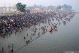 Puluhan ribu pemeluk Hindu mandi kudus di sungai Gangga