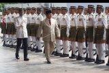 Menteri Pertahanan Prabowo Subianto memeriksa Kawalan Kehormatan Utama (KWU) dari Batalion Pertama Rejimen Tentara Melayu Diraja saat melakukan kunjungan ke Kementerian Pertahanan Malaysia, di Kuala Lumpur, Kamis (14/11/2019). Kunjungan tersebut merupakan kunjungan pertama kali Prabowo ke luar negeri semenjak dilantik sebagai Menteri Pertahanan pada 23 Oktober 2019. ANTARA FOTO/Agus Setiawan/nym.