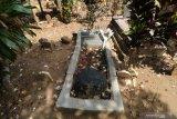 Kondisi makam pahlawan nasional Tan Malaka di lereng gunung Wilis, Desa Selopanggung, Kediri, Jawa Timur, Kamis (14/11/2019). Makam pahlawan yang terletak di pemakamam umum tersebut hanya diberi tanda sederhana dan belum dibangun secara maksimal oleh pemerintah daerah setempat. Antara Jatim/Prasetia Fauzani/zk.