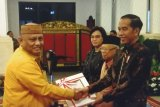 Gubernur Gorontalo Rusli Habibie menerima Daftar Isian Pelaksanaan Anggaran (DIPA) tahun 2020 dari Presiden Jokowi, serta disaksikan Wapres KH Ma'ruf Amin dan Menkeu Sri Mulyani, di Istana Negara Jakarta, Kamis (14/11). (foto Sepres/ist)