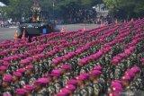 Inspektur Upacara KSAL Laksamana TNI Siwi Sukma Adji  (kedua kiri) memeriksa pasukan saat upacara HUT ke-74 Korps Marinir di Bumi Marinir Karangpilang, Surabaya, Jawa Timur, Jumat (15/11/2019).  Peringatan tersebut mengangkat tema 'Profesionalitas, loyalitas, dan pengabdian prajurit petarung Korps Marinir untuk NKRI'.Antara Jatim/Zabur Karuru