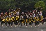 HUT KE-74 KORPS MARINIR. Sejumlah prajurit Korps Marinir menampilkan Tari asal Papua saat upacara HUT ke-74 Korps Marinir di Bumi Marinir Karangpilang, Surabaya, Jawa Timur, Jumat (15/11/2019).  Peringatan tersebut mengangkat tema 'Profesionalitas, loyalitas, dan pengabdian prajurit petarung Korps Marinir untuk NKRI'.. Antara Jatim/Zabur Karuru