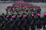 HUT KE-74 KORPS MARINIR. Prajurit Korps Marinir melakukan defile saat upacara HUT ke-74 Korps Marinir di Bumi Marinir Karangpilang, Surabaya, Jawa Timur, Jumat (15/11/2019).  Peringatan tersebut mengangkat tema 'Profesionalitas, loyalitas, dan pengabdian prajurit petarung Korps Marinir untuk NKRI'.. ANTARA FOTO/Zabur KaruruANTARA FOTO/ZABUR KARURU (ANTARA FOTO/ZABUR KARURU)