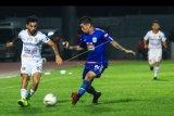 Pemain kesebelasan PSIS Semarang Jonathan (kedua kiri) berebut bola dengan pemain Bali United Lilipaly (kiri) saat laga Liga 1 di Stadion Moh. Subroto, Magelang, Jateng, Jumat (15/11/2019). Dalam pertandingan itu tuan rumah PSIS Semarang berhasil mengalahkan Bali United dengan skor 1-0. ANTARA FOTO/Andreas Fitri Atmoko/nym.