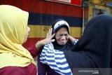 Ibu Boru Situmorang (tengah), satu dari enam Warga Negara Indonesia (WNI) menangis dipeluk relawan Forum Komunikasi Masyarakat Muslim Indonesia (Forkommi) saat akan dibawa petugas Konsulat Jenderal Republik Indonesia (KJRI) Kuching di Bintulu, Sarawak, Malaysia, Senin (18/11/2019). Sebanyak enam WNI yaitu seorang perempuan (boru Situmorang) bersama lima anaknya (Diana, Akbar, Murni, Linda, Puteri) asal Tebing Tinggi, Sumatra Utara yang ditemukan dalam kondisi kelaparan dan terlantar itu diselamatkan Forkommi serta pegiat sosial Bintulu Francis Ngu Hown Hua dari sebuah pondok di hutan di kawasan Batu Sembilan Bintulu pada Oktober lalu. Selanjutnya mereka dibawa ke KJRI Kuching untuk mendapat penanganan lebih lanjut. ANTARA FOTO/HS Putra/jhw