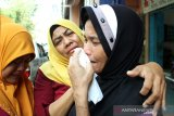 Ibu Boru Situmorang (kanan), satu dari enam Warga Negara Indonesia (WNI) menangis dipeluk relawan Forum Komunikasi Masyarakat Muslim Indonesia (Forkommi) saat akan dibawa petugas Konsulat Jenderal Republik Indonesia (KJRI) Kuching di Bintulu, Sarawak, Malaysia, Senin (18/11/2019). Sebanyak enam WNI yaitu seorang perempuan (boru Situmorang) bersama lima anaknya (Diana, Akbar, Murni, Linda, Puteri) asal Tebing Tinggi, Sumatra Utara yang ditemukan dalam kondisi kelaparan dan terlantar itu diselamatkan Forkommi serta pegiat sosial Bintulu Francis Ngu Hown Hua dari sebuah pondok di hutan di kawasan Batu Sembilan Bintulu pada Oktober lalu. Selanjutnya mereka dibawa ke KJRI Kuching untuk mendapat penanganan lebih lanjut. ANTARA FOTO/HS Putra/jhw